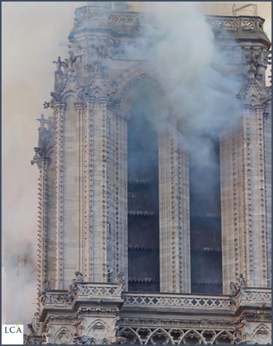 Tour de Notre-Dame dégageant de la fumée