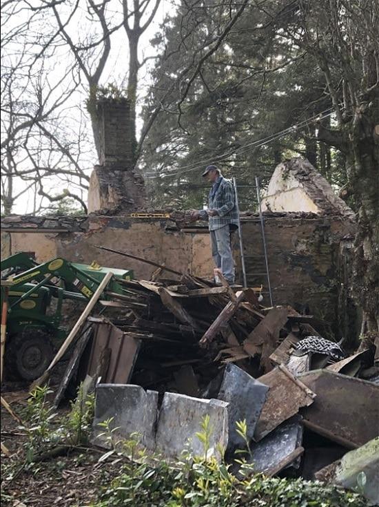Un tas de bois à côté du cottage